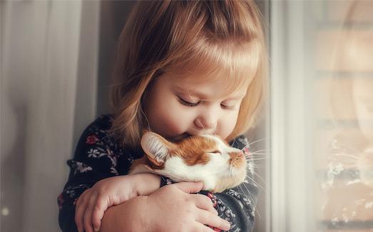 Imagen de niña con gato