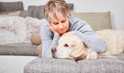 mujer mayor acariciando a un perro