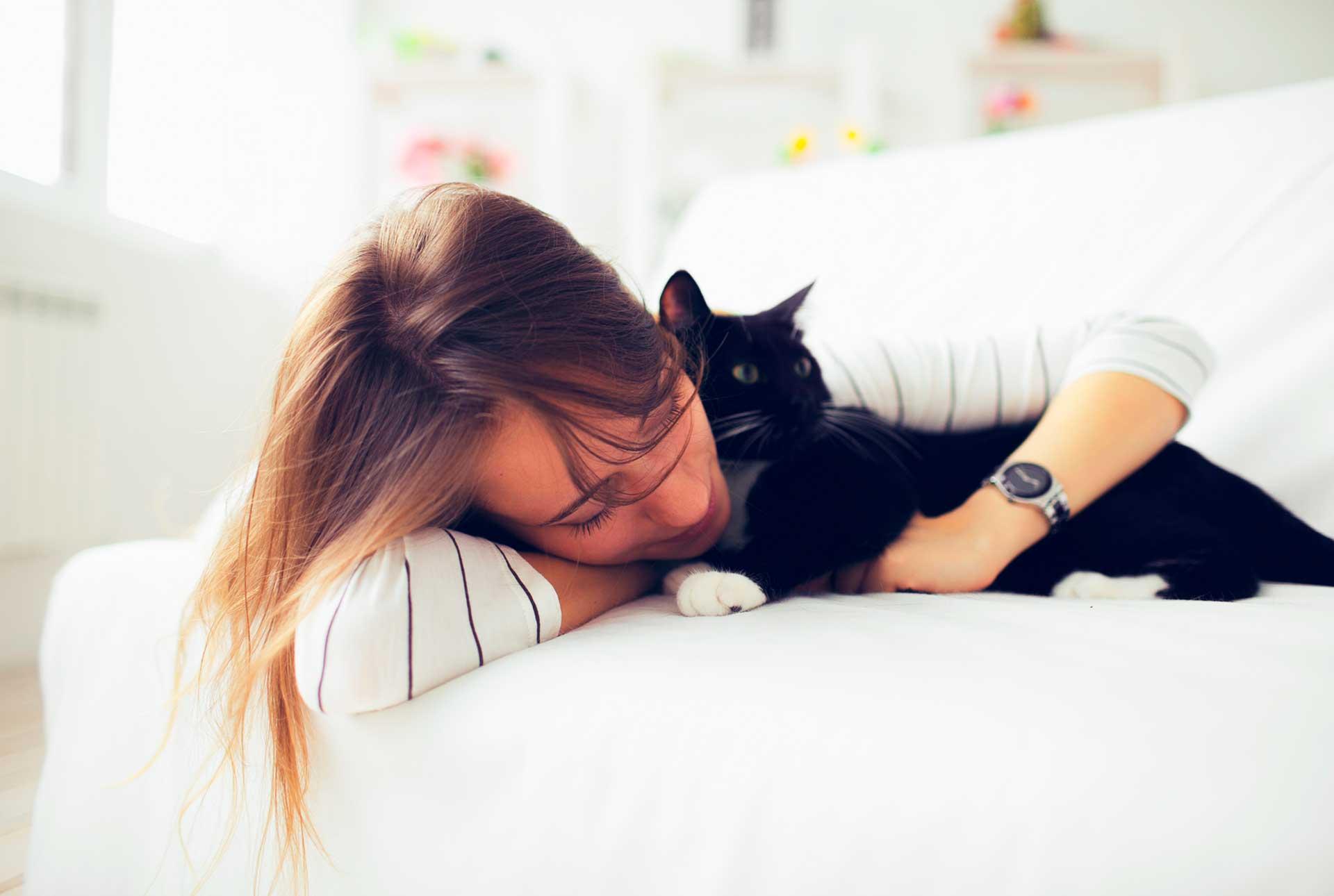 mujer que abraza a un gato