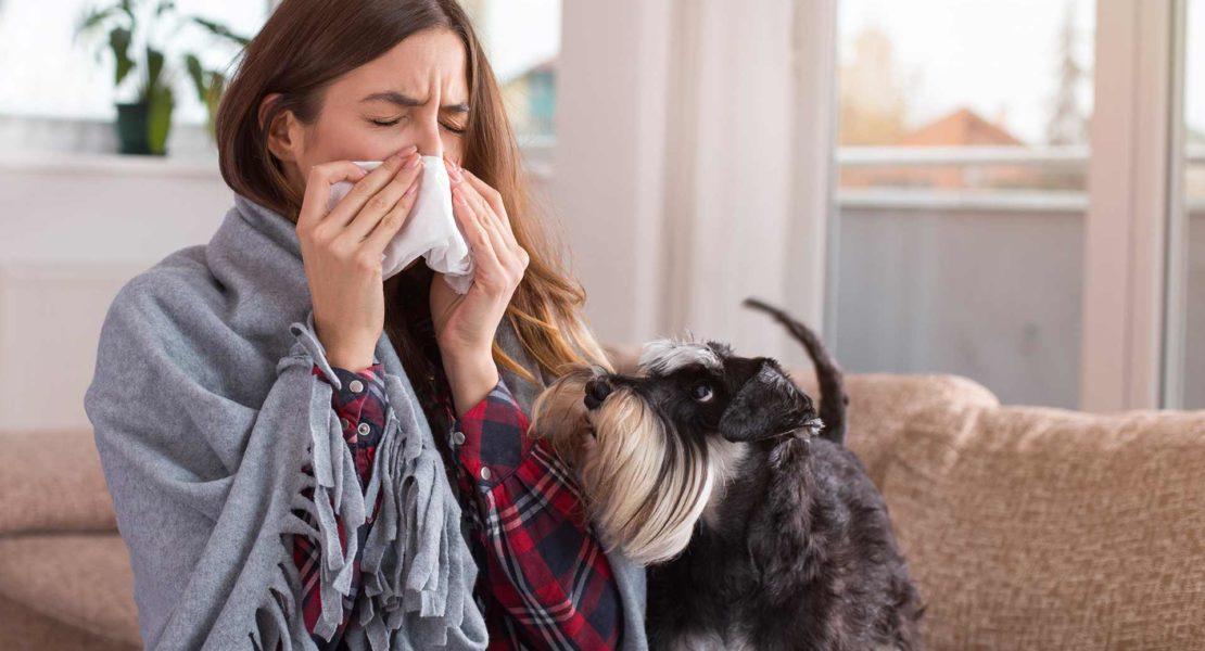 Mujer con alergia y su perro